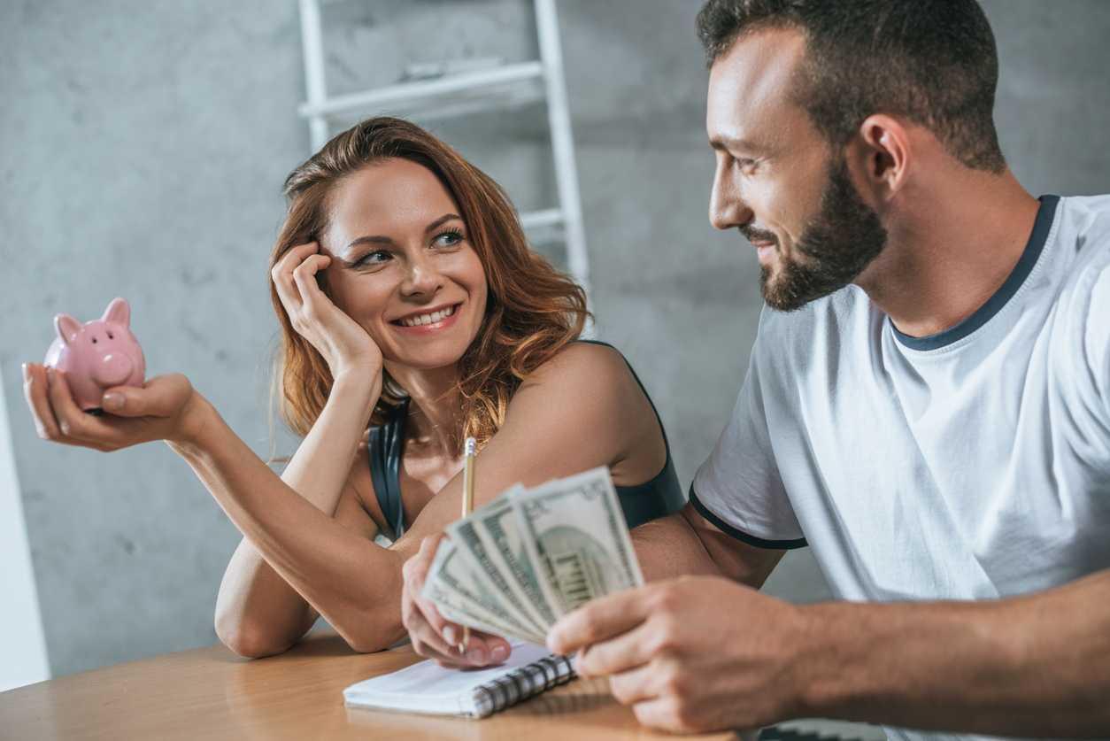 если мужчина постоянно занимает деньги у женщины